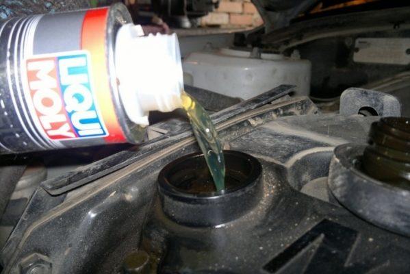 Эмульсия в двигателе: белый налет на щупе, крышке маслозаливной горловины. почему антифриз попадает в масло, как определить попадание, чем промыть систему - На колесах