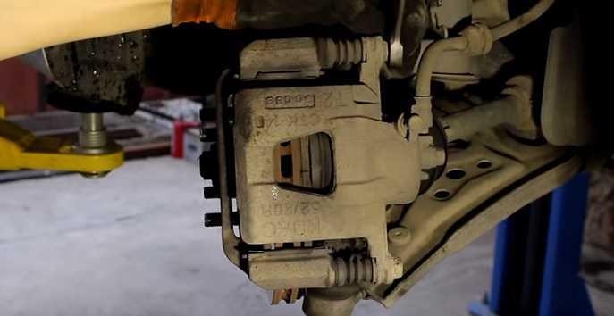 Как заменить передние тормозные колодки в Авео - инструкция