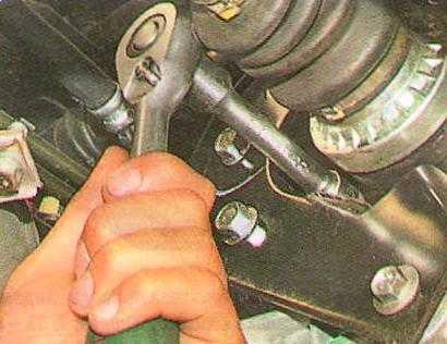 Chevrolet Aveo: Проверка уровня масла в механической коробке передач - Сервисные работы и уход за автомобилем