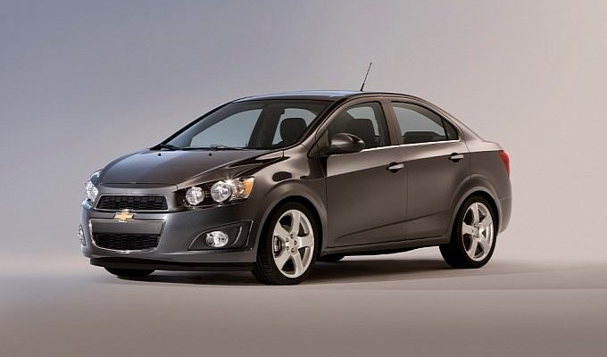 Сравнение автомобилей седан Chevrolet Aveo T300 и седан Chevrolet Aveo T250 рестайлинг